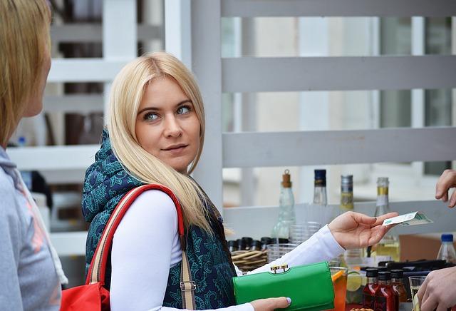 blondýna s peněženkou.jpg
